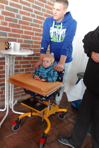 Der kleine Jannik wird zum Motorradlager gebracht