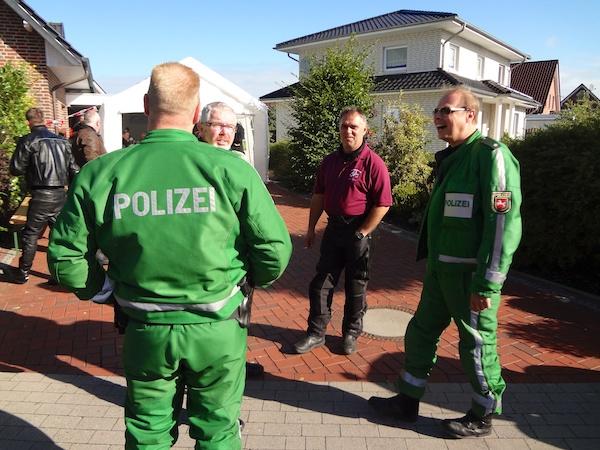Die Polizei unterstützt die Benefiztour durch Absperrungen